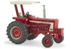 IH 806 TRACTOR with ROPS